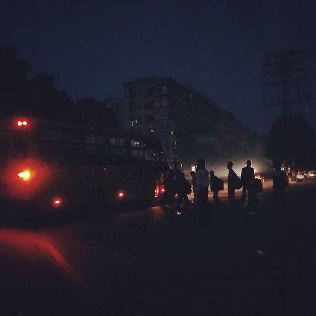Early Morning 清晨 排隊上車的人們 上學 上班 等公車 廣州 鳳岡 金城路上 GoSchool Takethebus Towork