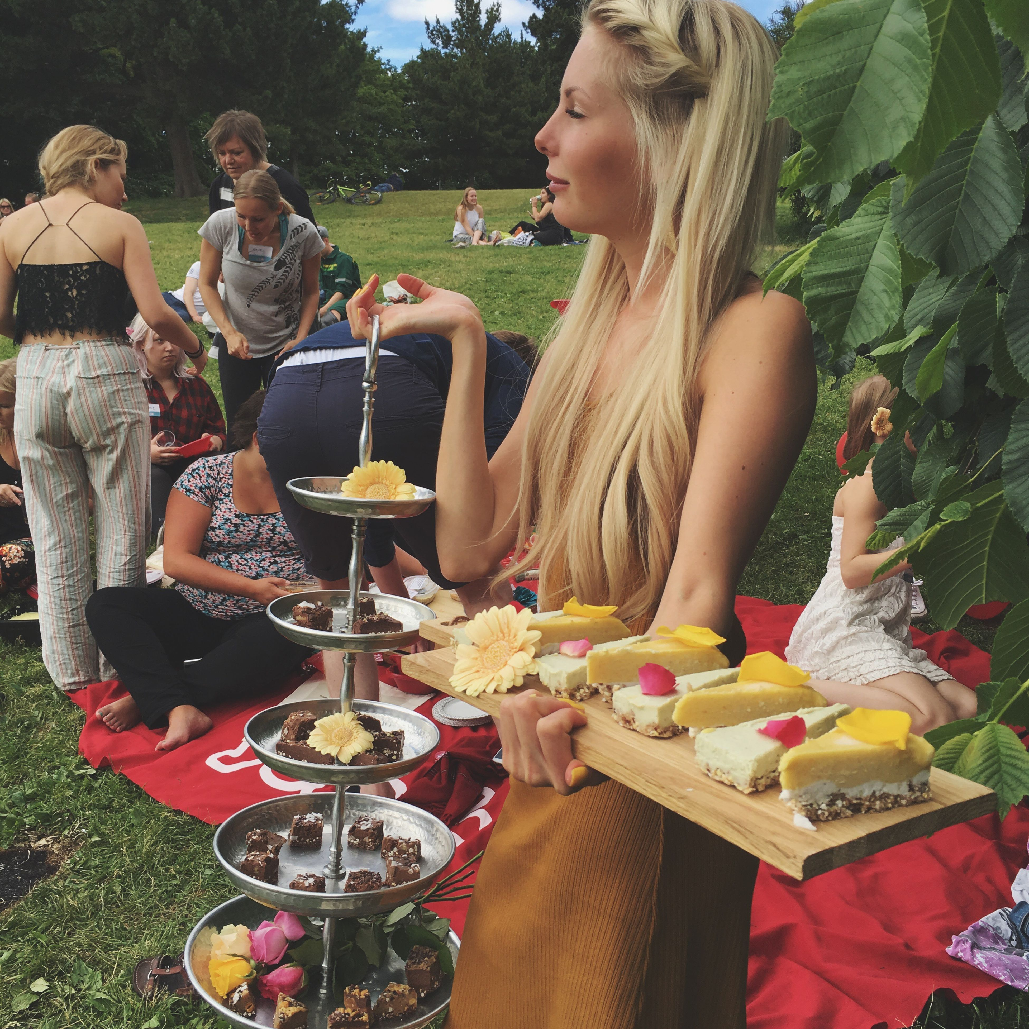 lifestyles, leisure activity, person, casual clothing, childhood, elementary age, food and drink, holding, girls, sitting, togetherness, boys, food, happiness, enjoyment, freshness, smiling