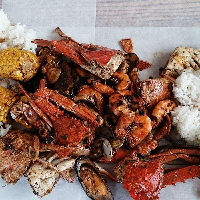 Delicious + yummy = seafoods... Foodtrip BoodleFight DubaiUAE Dampa