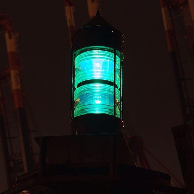 There's a light... Seemark Seezeichen Light Licht nacht night hafen hamburg harbor harbour welovehh