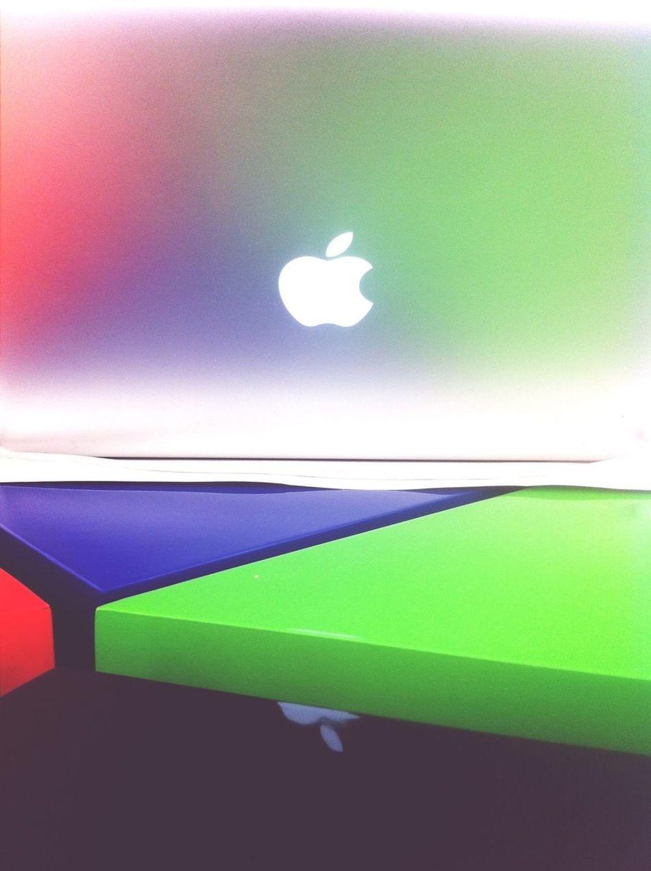 MacBook Cake Table