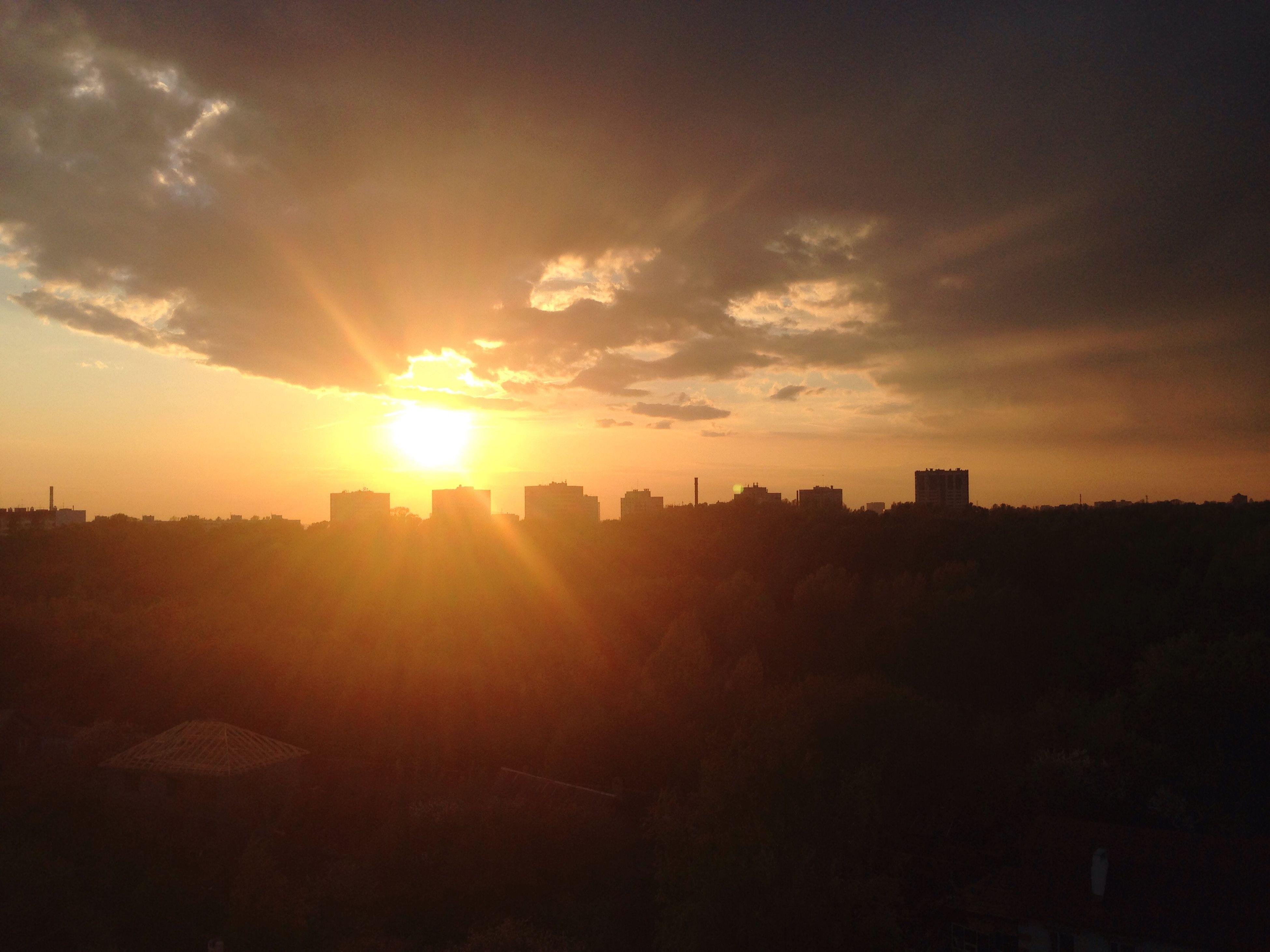 sunset, sun, silhouette, sky, sunlight, orange color, sunbeam, scenics, building exterior, beauty in nature, cloud - sky, built structure, architecture, lens flare, tranquility, tranquil scene, nature, city, idyllic, outdoors