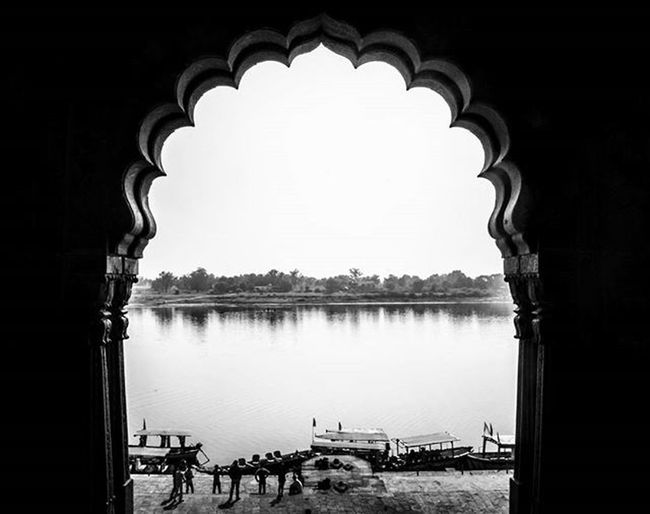 Peeping through the window..... TPSAffinity 500px _soi Fpcindia Instagood Instagram @streets.of.india Maheshwar Streetsofindia Fotor Fotorapp Whp Indorediaries Bnw_india Bnw_photo Instablackandwhite Bnw_city Streetsofindia👣 Whpfoundframes Indiatravelgram
