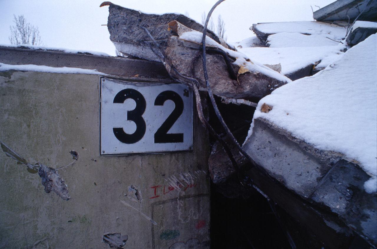 Zweiunddreißig Nahaufnahme 32 Bauschutt Baustelle Close-up Communication Day Haus No People Outdoors Rückbau Schnee Sky Text Winter