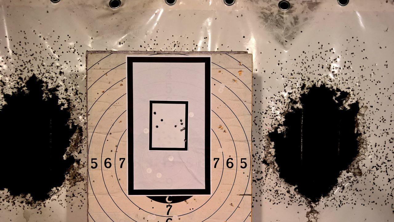 Bullet Image Gun Indoors  No People Pistole Revolver Schießstand Schussbild Shooting Range  Target Zielscheibe
