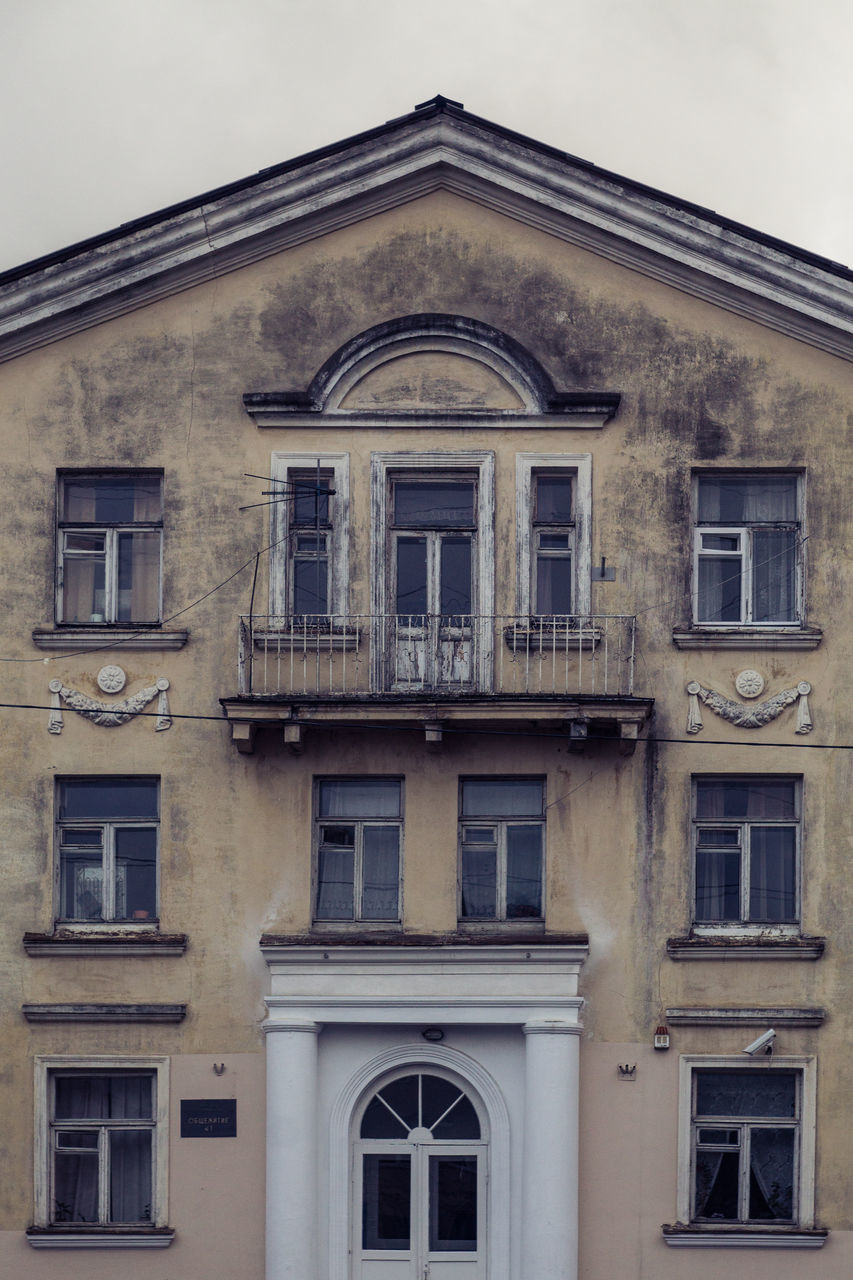 window, architecture, building exterior, built structure, no people, day, facade, outdoors, sky, city, close-up