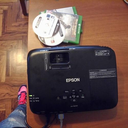 Lo ammetto... giocare con questo è tutta un'altra storia. Epson Tw550 Gamingprojector // Playing with this projector will change your gaming experience.