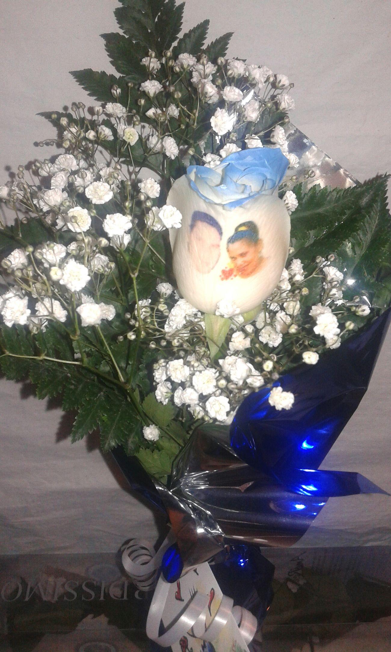 Rosa azul natural al 100 x 100 con el petalo tatuado con una fotografia, puedes ver mas en http://www.graficflower.com. Rosaazul RegaloDeCumpleaños Regalo De Aniversario Flowers Regalo Original Ramos De Rosas Flores Y Más Flores Birthday Gift Regalos A Domicilio Roses