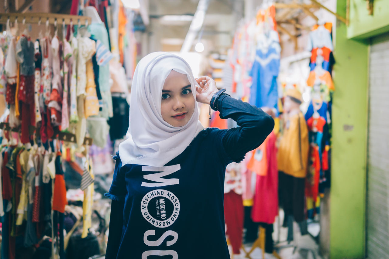 Focus On Foreground Casual Clothing Person Day Girl Mood Young Adult People People And Places Portrait Of A Woman Fashion Hijab Outdoors Looking At Camera Young Women Portrait Standing Fashionable Smile Beautiful Market Uniqueness Women Around The World The Portraitist - 2017 EyeEm Awards