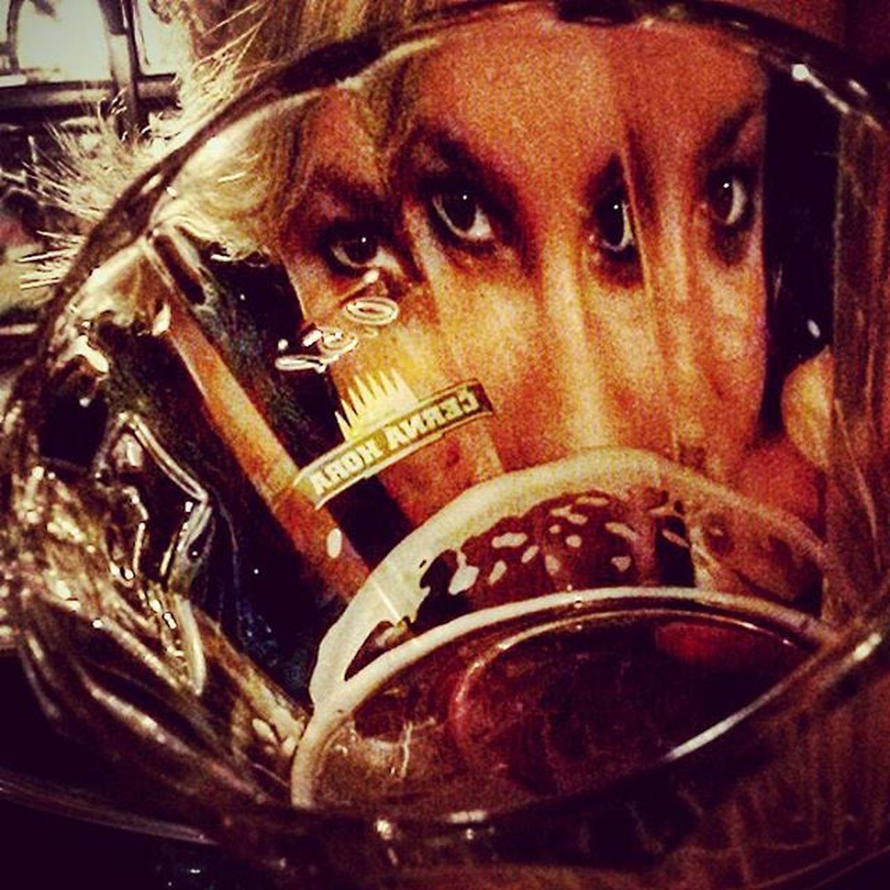 Delírium mindenhol: Hétvégi érzelmeket tükröznek -mind mámorosan táncol- Belvárosi ódon csapszékek. Budapest Downtown Pub KNEIPE Kocsma Friday Night Drinkingagain Delirium Drunk Rychtar Beer Pivo Sör Reflection Perspective Beautiful Girl Blonde Pixie Loveher @nikola.vegh