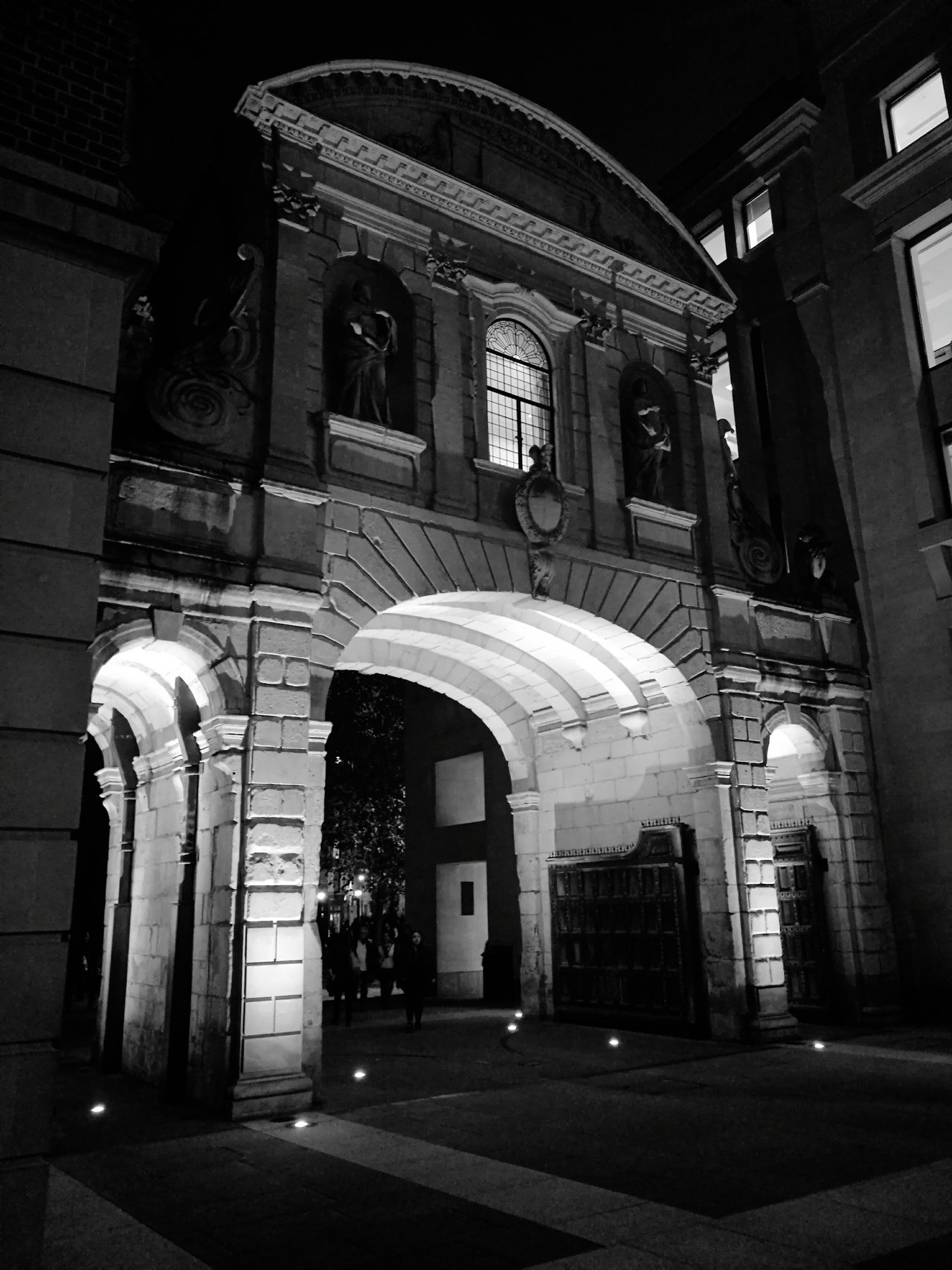 Huwaei Photography London Life LONDON❤ Visitlondonofficial Cityoflondon Building Cityscapes City London Lifestyle London Paternoster Square B&w Blackandwhite Architecture_bw London Photography Paternostersquare London Tourism City Of London Tourism Matt Hollick Silhouettes Of A City Silhouette