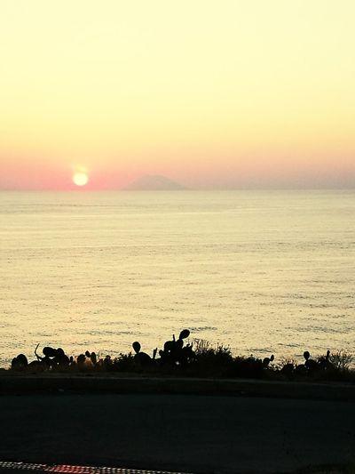 Tramonta il sole sull'isola di Stromboli
