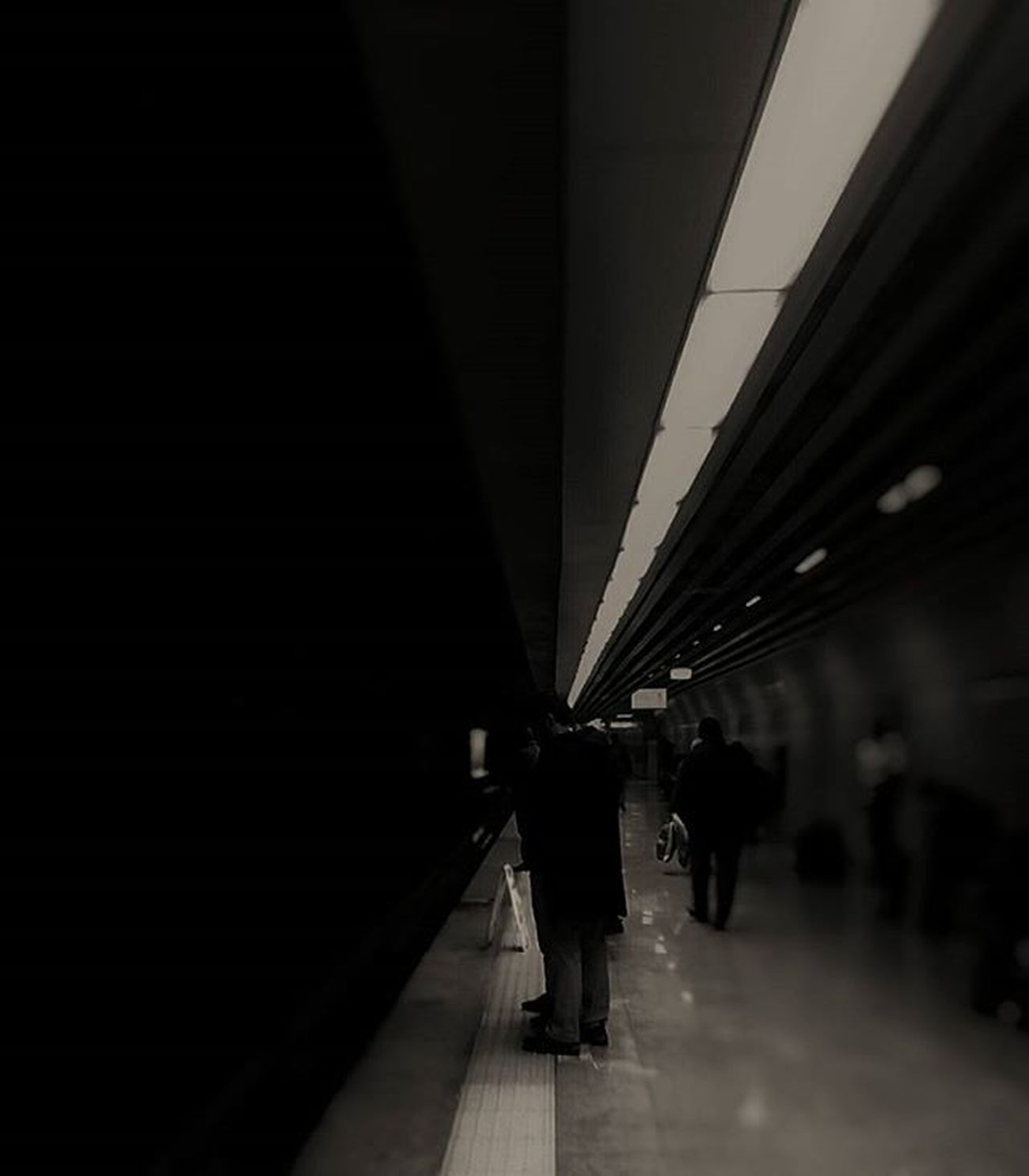 Waiting the light.. Vscoism Vscoturkiye Vscoturkey Vscoturkiye Vscoistanbul Benimkadrajım Objektifimden Objektifimdenyansiyanlar Durdurzamani Zamanidurdur Anıyakala Karanlık Darkness Light Metro Subway Waiting Beklemek Marmaray