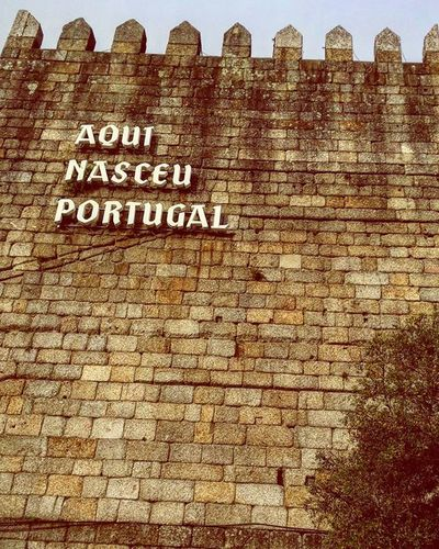E mai nada 🏰👑 Portugal Picoftheday Like4like Aquinasceuportugal Guimarães Castle Wall October Buildings Architecture Country Monument Art Old Town Urban City Proud