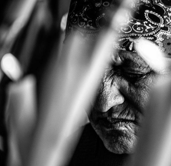 Anonymous portrait... La duda es un dolor demasiado solitario como para que sepa que la fe es su hermana gemela... Jesús, el hijo del hombre. Khalil Gibran Bw_collection The Human Condition Streetphoto_bw EyeEm Best Shots RePicture Ageing EyeEmbnw Blackandwhite Street Portrait Streetphotography Portrait Bw_portraits EyeEm Best Shots - Black + White B&W Portrait