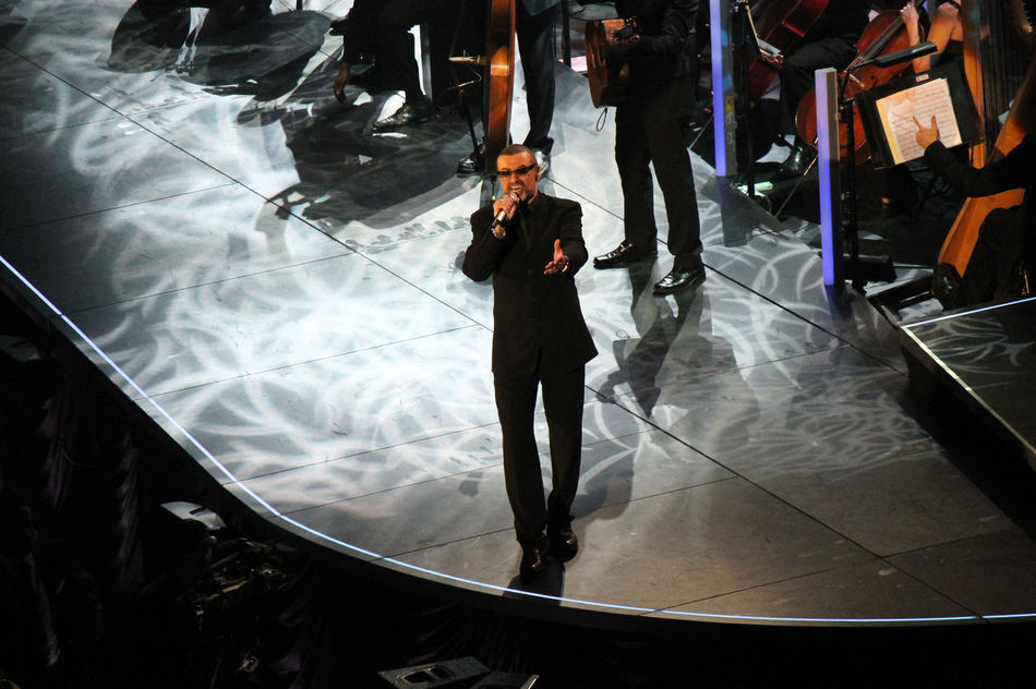2011 Artist Arts Culture And Entertainment Cantante Cantor Concert Concerto Concierto George Michael Indoors  Konzert Men Night Performance Popular Music Concert Singer  Standing Vocalist