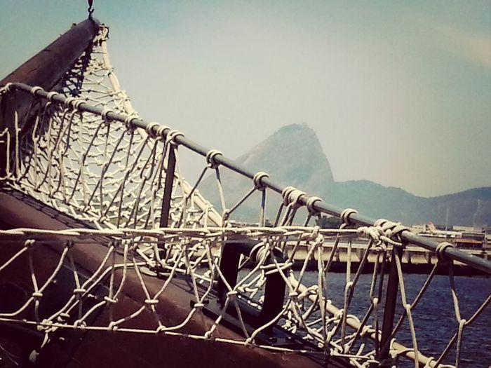 Ah, se eu fosse marinheiro, seria doce o meu lar. Não só o Rio de Janeiro: a imensidão e o mar. Não buscaria conforto, nem juntaria dinheiro, um amor em cada porto. Ah, se eu fosse marinheiro.