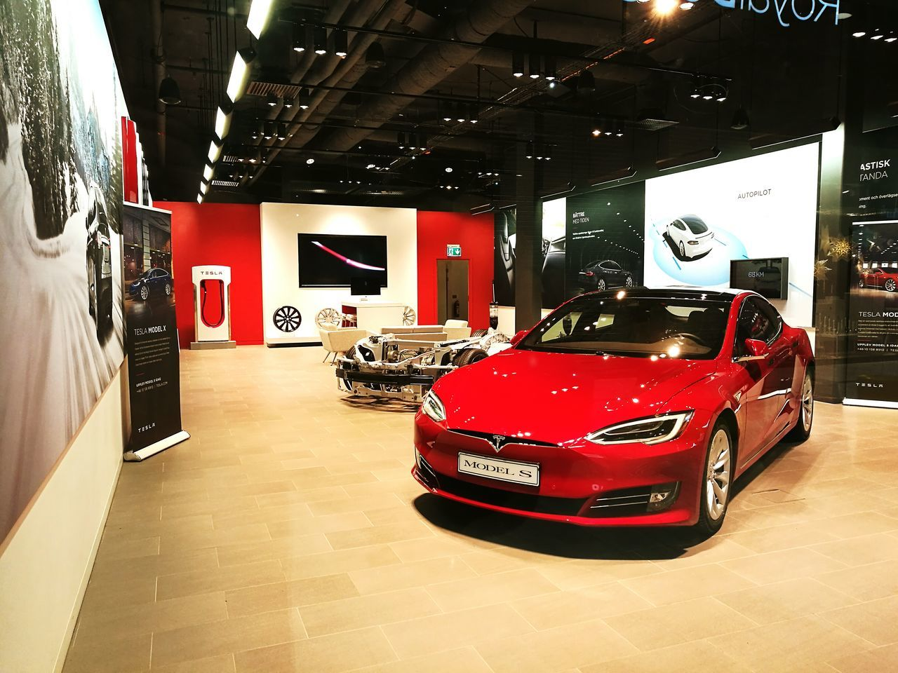 Tesla Model S Tesla Model S Tesla Car Luxury No People Modern Stockholm City Stockholm Stockholm, Sweden Mall Of Scandinavia Mall Of Scandinavia стокгольм HuaweiP9plus Huawei P9 Plus Huawei Leica Huawei P9 Leica HuaweiP9Photography Huaweiphotography Huawei P9. Huaweip9photos HuaweiP9 Huawei Shots Huawei Leica Lens Indoors