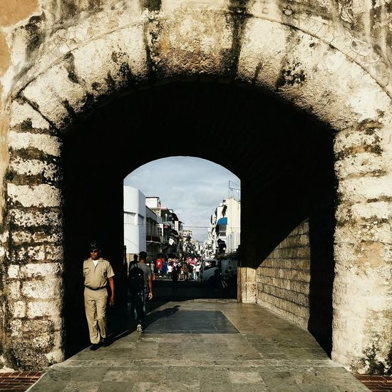 Puerta del Conde, historic building of the Dominican Republic Arch Architecture Building Exterior Caribbean Colonial Colonial Architecture Live For The Story Men People Real People Santo Domingo Walking The Street Photographer - 2017 EyeEm Awards