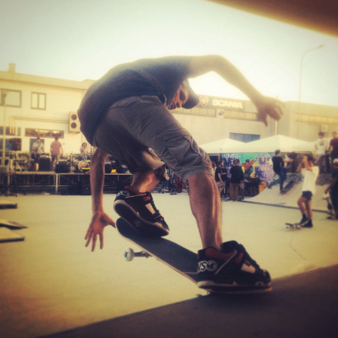 skill, lifestyles, sport, balance, skateboard, strength, real people, leisure activity, full length, playing, outdoors, men, one person, breakdancing, day, city, people