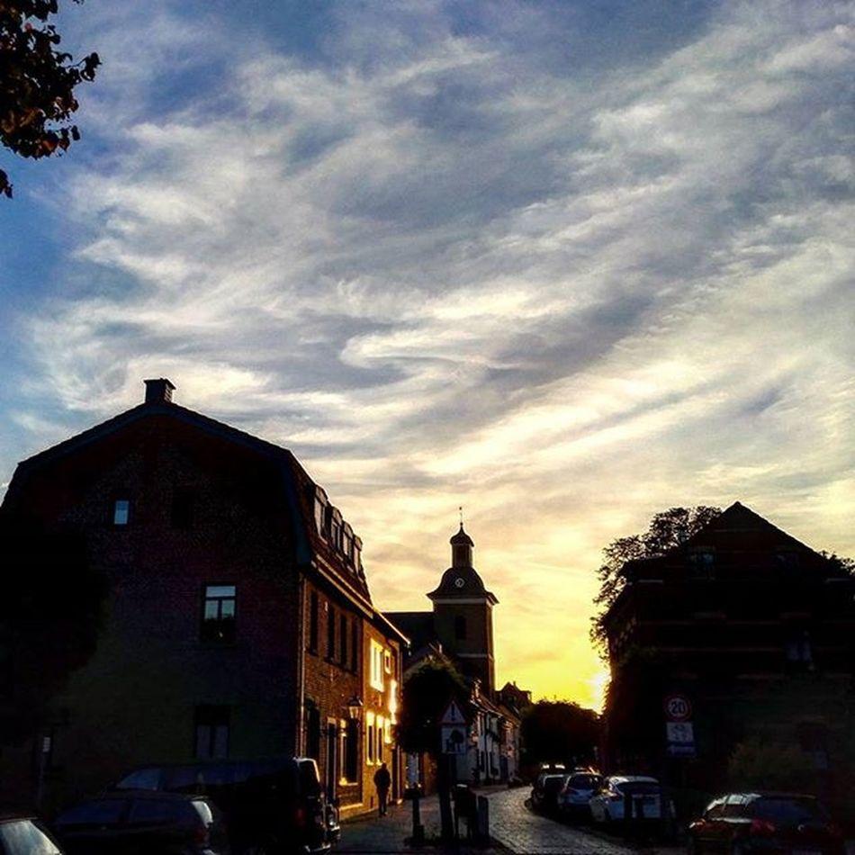 Die Sonne geht langsam unter in der Altstadt Linn . Krefeld KrefeldLinn Sonnenuntergang sunset skyporn