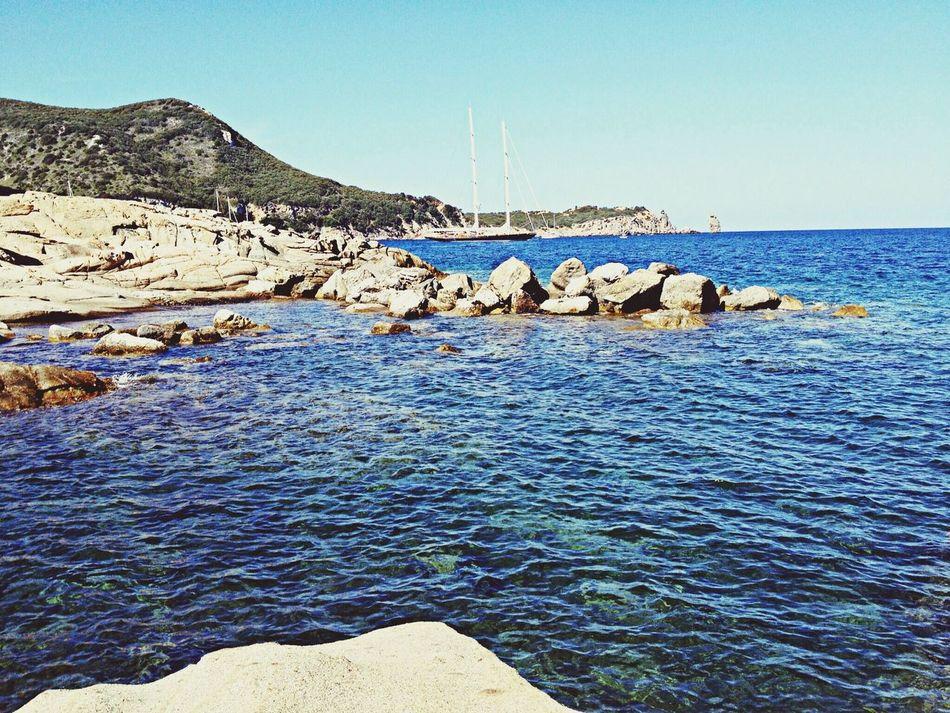 """""""Il mare. Il mare incanta, il mare uccide, commuove, spaventa, fa anche ridere, alle volte, sparisce, ogni tanto, si traveste da lago, oppure costruisce tempeste, divora navi, regala ricchezze, non dà risposte, è saggio, è dolce, è potente, è imprevedibile. Ma soprattutto: il mare chiama. Lo scoprirai, Elisewin. Non fa altro, in fondo, che questo: chiamare. Non smette mai, ti entra dentro, ce l'hai addosso, è te che vuole. Puoi anche far finta di niente, ma non serve. Continuerà a chiamarti."""" Alessandro Baricco"""