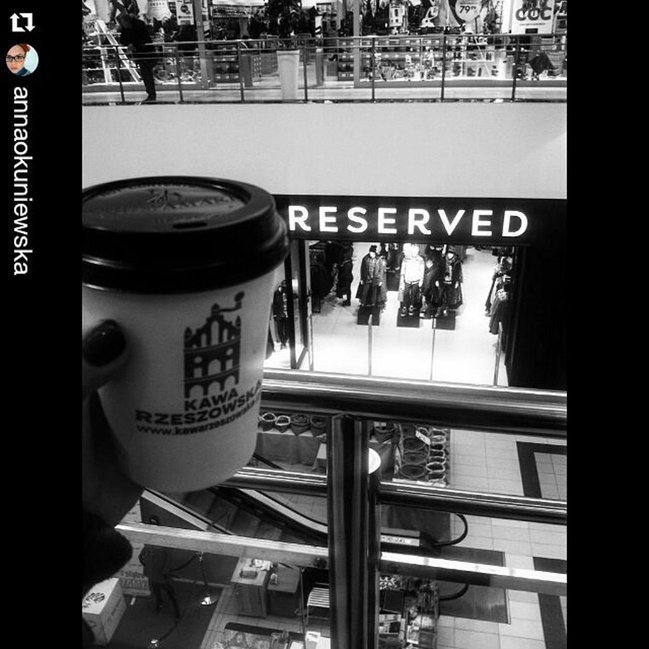 Repost @annaokuniewska ・・・ Czasem bycie miłym sie opłaca :) minus 1,5 zł na kawie za dzien dobry i poproszę :) Kawarzeszowska Carmel Podwojneespresso Omnomnom Urlop Kawarzeszowska Sieoplaca RzeszowPijeKawe Rzeszów Espresso @reservedbrand Reserved