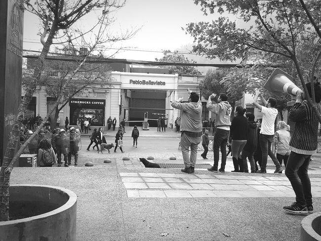 Estudiantes frente a Carabineros de Chile. TOMAHISTORICAUNAB Carabineros Policia Estudiantes Derecho Unab Laureate Lucroenlaeducacion Manifestaciones Protesta Movilizacion Educación Universidad UniversidadAndresBello Santiago De Chile Providencia En Santiago ProtestaPacifica Gritos Lucha Alumnos Sumarios Represion
