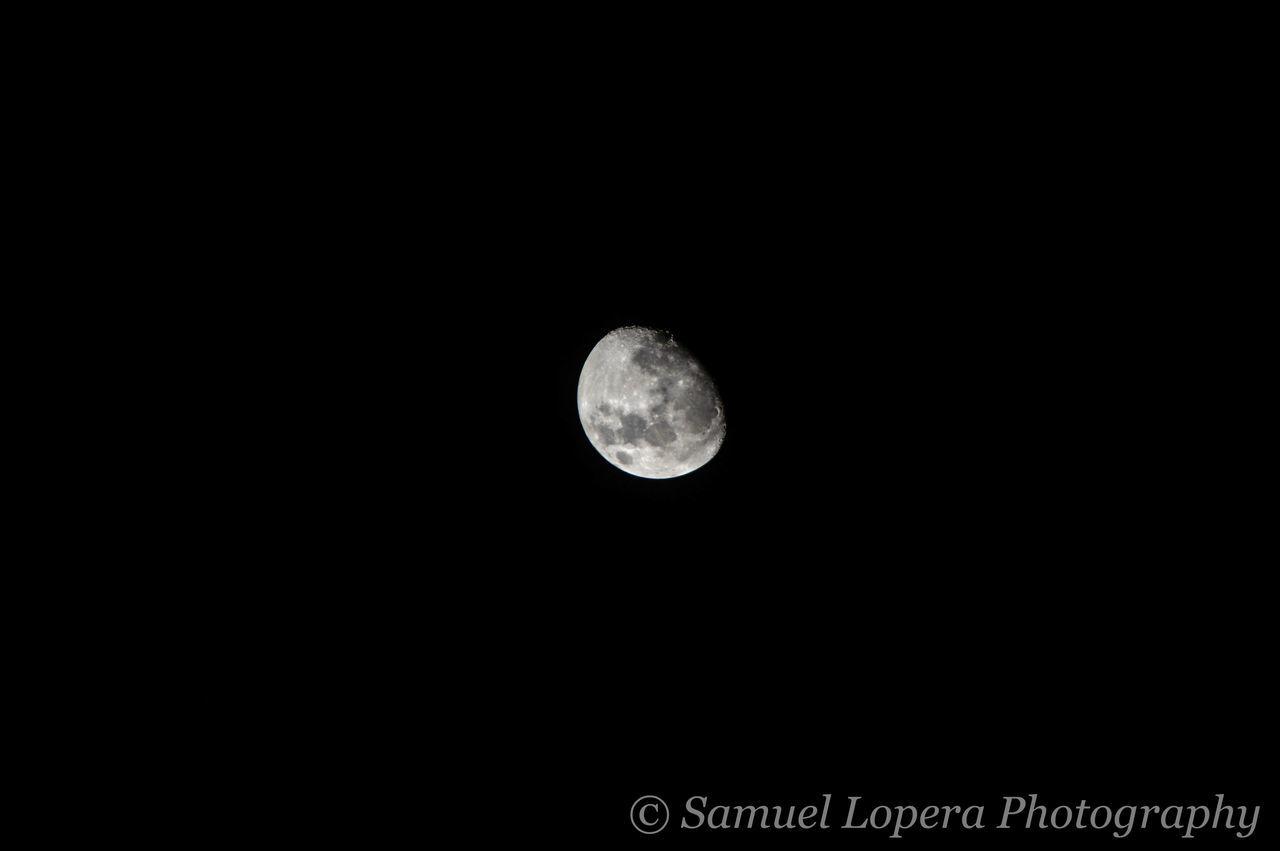Luna de hace algunos días... Blackandwhite Dark Monochromatic Monochrome Moon Night Photo Photography Sky Tranquility