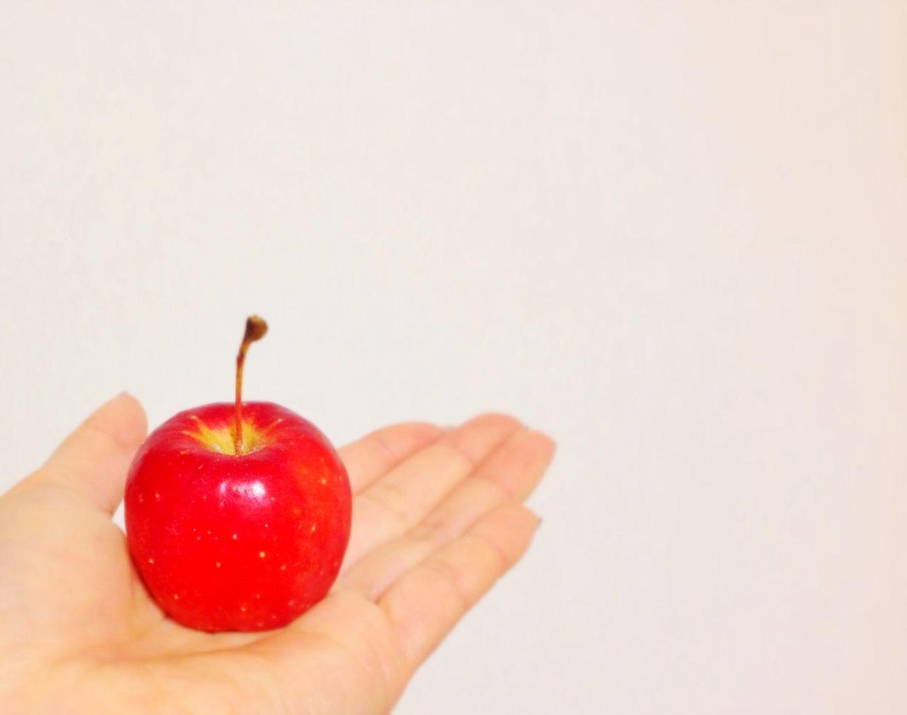 昨日のナシゴレンプレートについてた林檎♡可愛いから持って帰っちゃった(≧∇≦) 林檎 Apple Red Simple