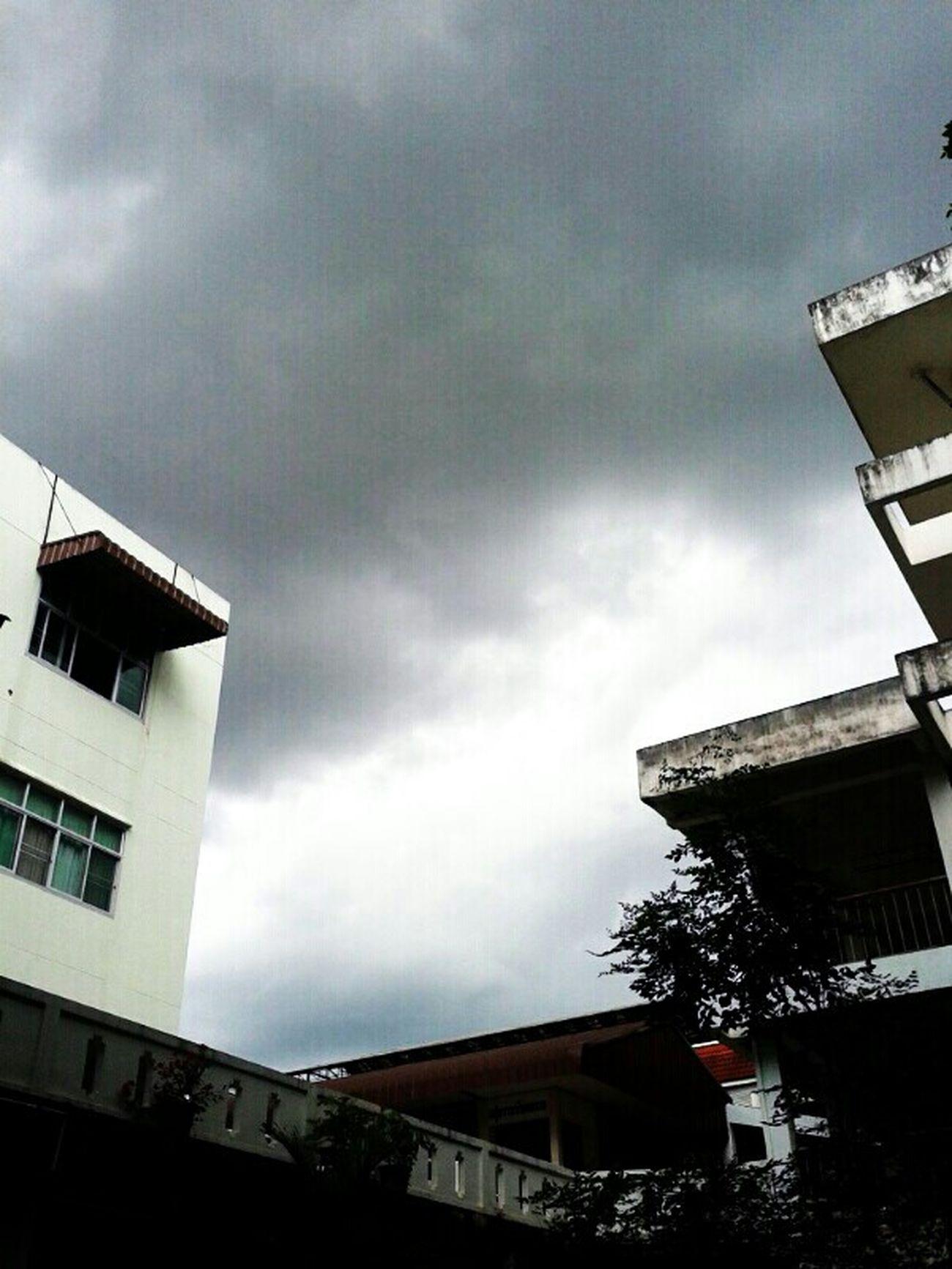 เมฆ ฝน กำลังจะมา แต่เราก็ยังนั่งรออยู่ที่เดิม