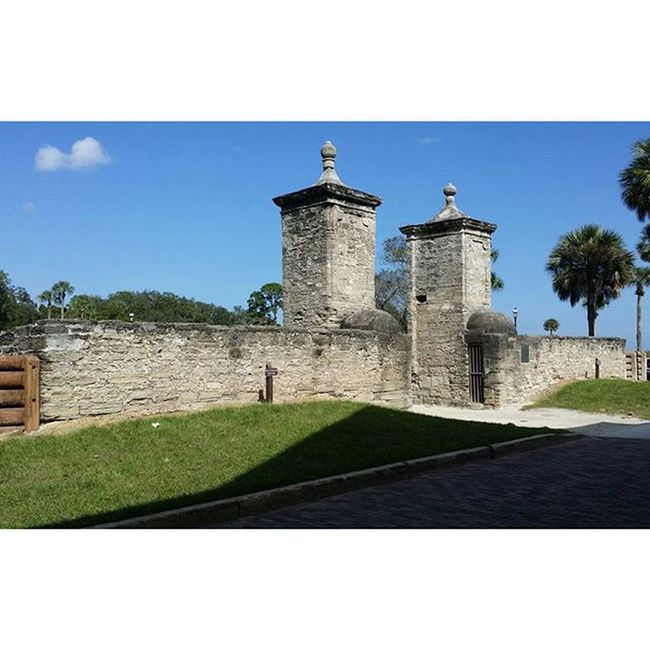 Near Castillo de San Marco. Sanmarco Staugustineflorida Staugustine 904staugustine Florida Roadtrip Eastcoast Stauggie SomewhereonA1A Whatabeautifulday Palmtrees Sky Skylovers Onelittlecloud Southernliving Southlife Jw Jwlady 😚