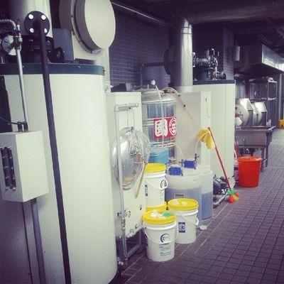 看到鍋爐旁這些一筒桶的化學藥劑 ,你還敢吃蒸的東西嗎?