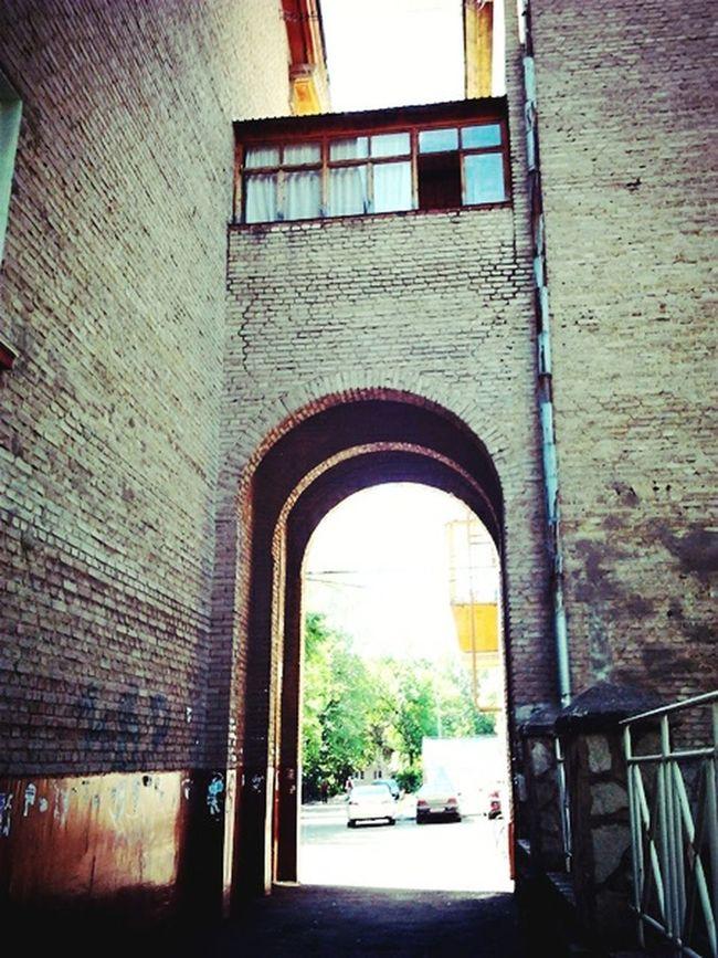 Walking Around арка труба окно кирпичноездание дворы