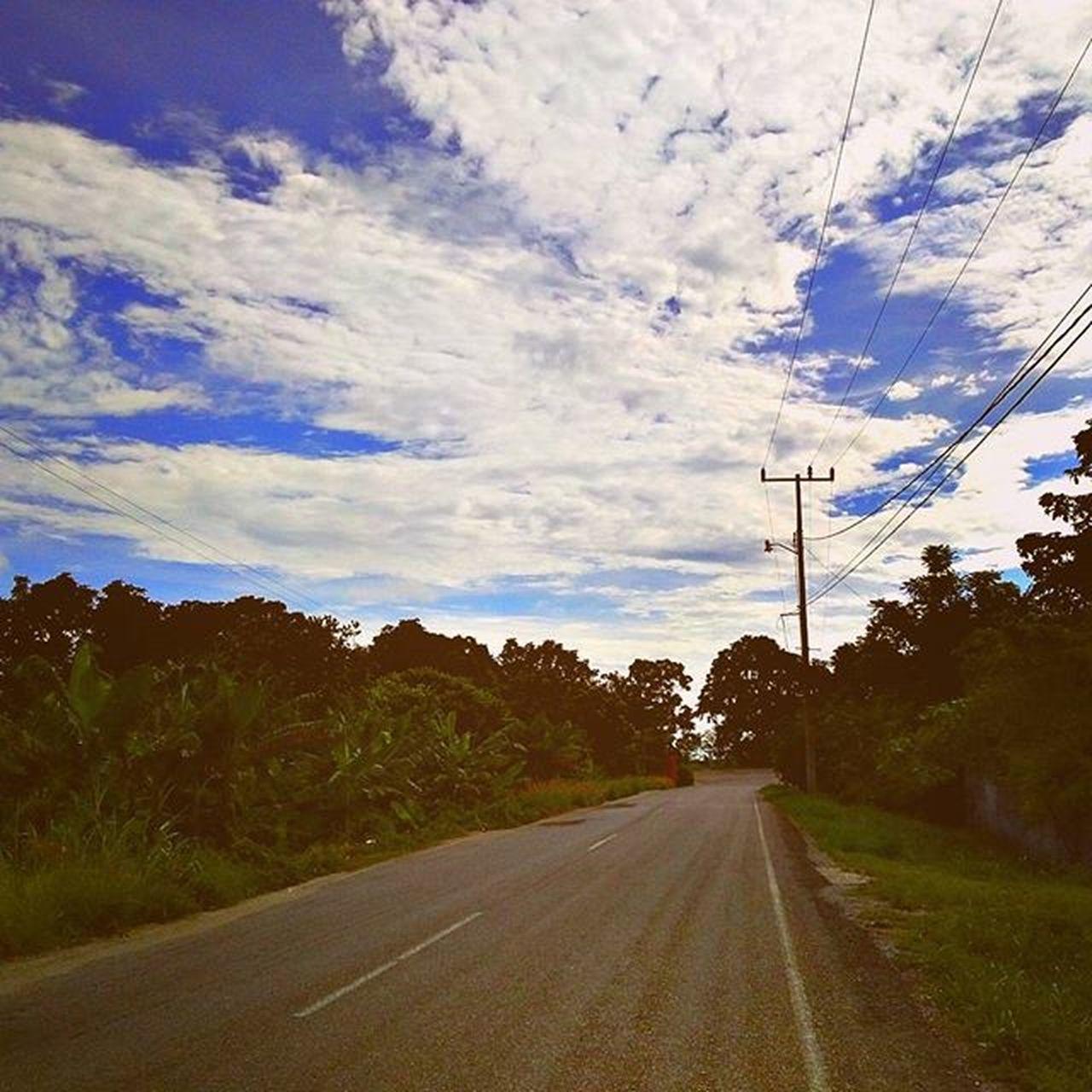 """""""Y así fue como realmente se inició toda mi experiencia en la carretera, y las cosas que pasaron son demasiado fantásticasvpara no contarlas."""" Kerouac Carretera Enelcamino Rural Campo CieloAzulLlenoDeNubes Ontheroad Field Skyisblue Clouds"""