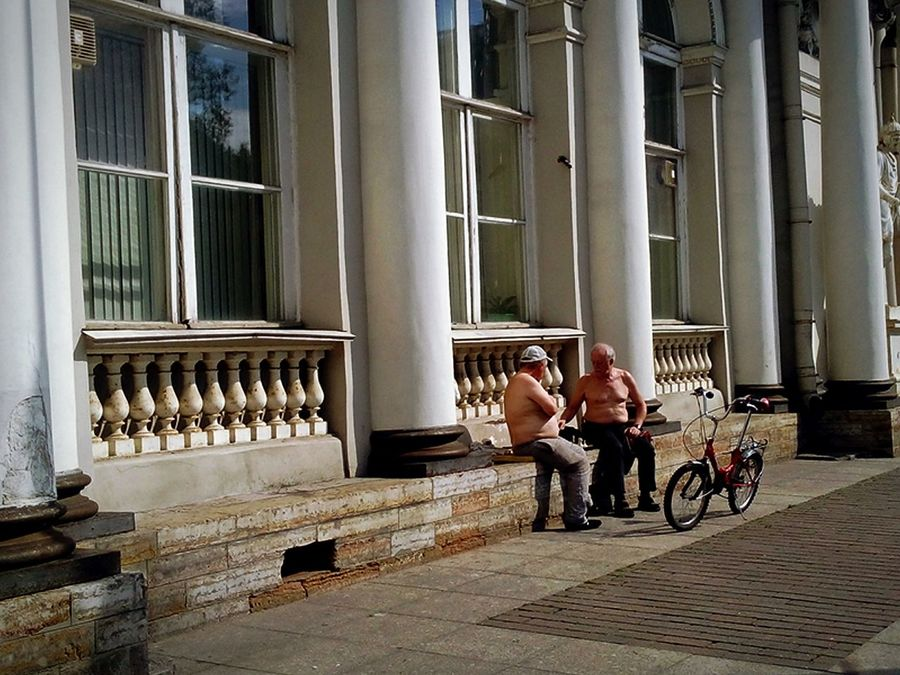 Two People People Outdoors Day культура Travel Питер St.petersburg Санкт-Петербург Самый лучший город City Cultures Architectural Column Lifestyles Built Structure Architecture Game Of Chess Life A Life Real People игра в шахматы обычная жизнь повседневность мило