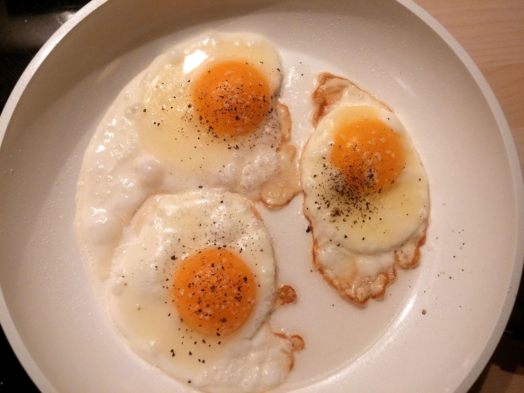 Bratpfanne Breakfast Close-up Day Egg Egg White Egg Yolk Food Food And Drink Freshness Fried Egg Healthy Eating Hühnereier Indoors  No People Pan Plate Ready-to-eat Spiegeleier Sunny Side Up Whithe Pan