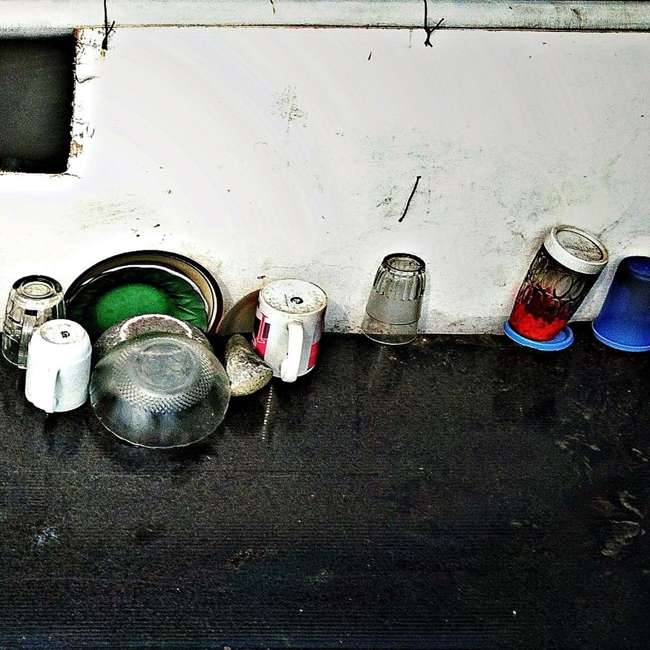 Salah satu bagian dapur milik penghuni nomaden jembatan, dengan ukuran meja cukup keci dan dilengkapi kitchen set sederhana Streetphotography Indonesian Street (Mobile) Photographie