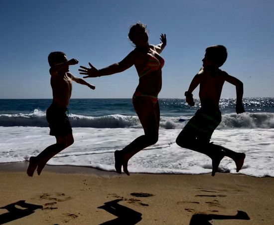 Día de playa Beach Water Sea Jumping Sand Full Length Fun Lifestyles Motion Nature Sky Real People