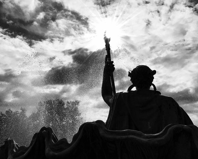The Sun and Water Commander Silhouette Sun Enjoyment Sky Sunbeam Holding Cloud - Sky Crowd Bright Outdoors Commander Water Command Order Eye4photography  EyeEm Best Shots Photooftheday Famous Place Blackandwhite EyeEm Best Shots - Black + White Statue Monument Lens Flare