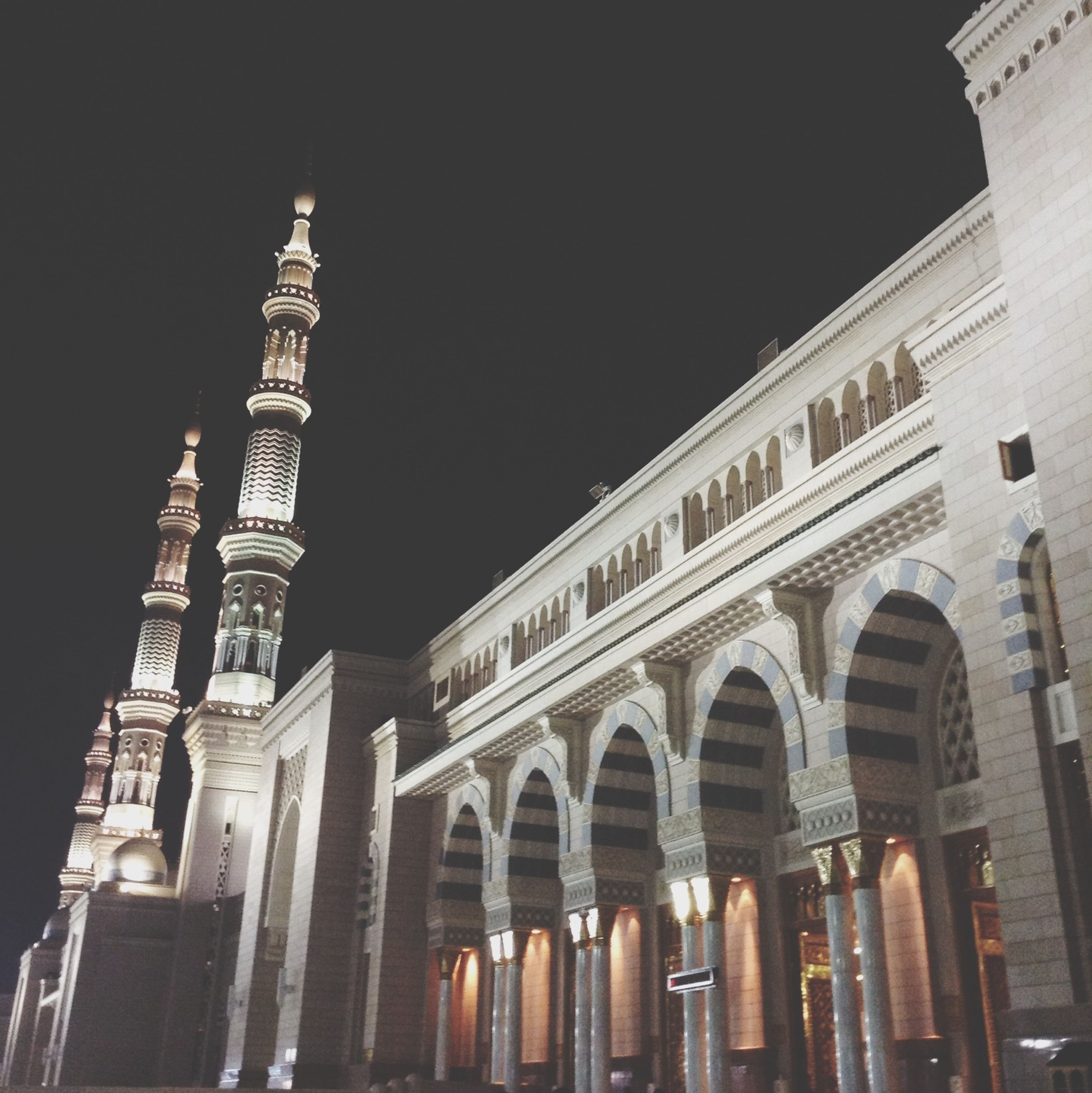 architecture, built structure, building exterior, low angle view, clear sky, history, arch, famous place, travel destinations, night, copy space, tourism, international landmark, travel, capital cities, architectural column, city, facade, outdoors, illuminated