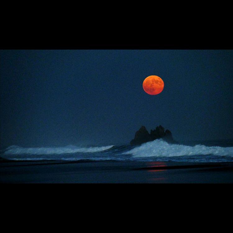 昇るスーパームーン…太平洋ロングビーチ スーパームーン Supermoon