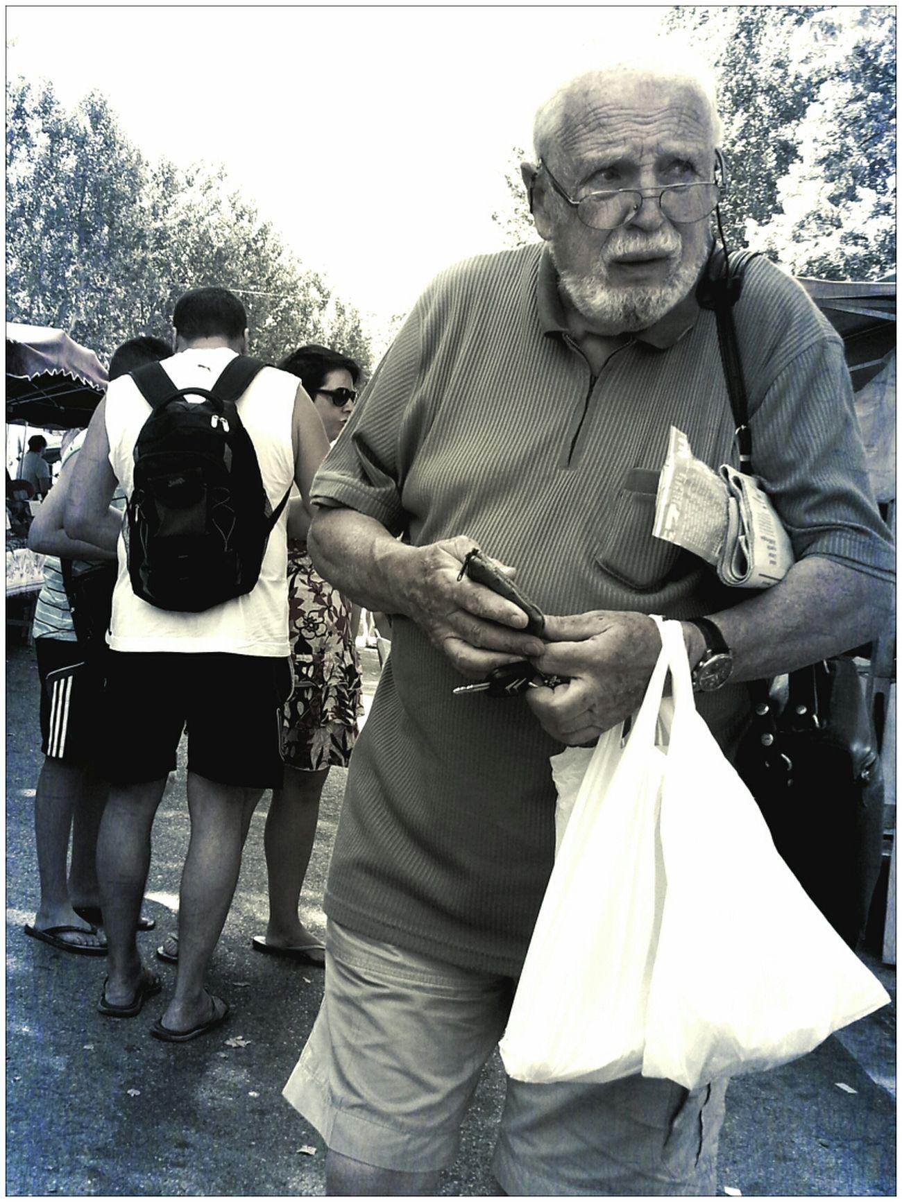 Quand vouloir garder ses sous, et faire son marche, ne marchent pas ensemble.. Street Life AMPt - Street Street Portrait Scène De Vie