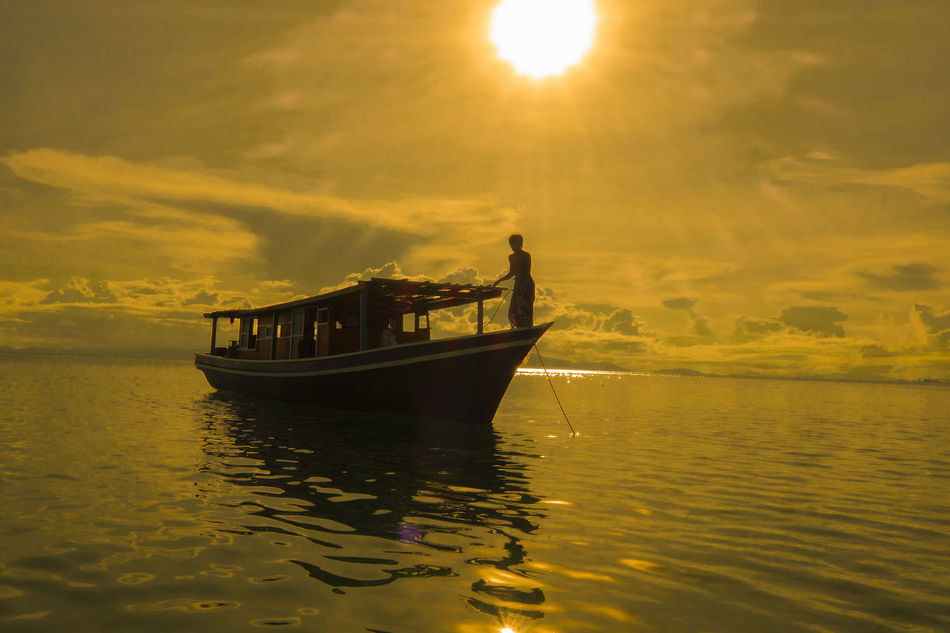 Amazing silhouette of fishing boat during sunset moment in Mabul island Malaysia Amazing People Amazing View Asian People Backgrounds Bali Beautiful Borneo Fishing Life Is A Beach Mabul Island Malaysia Nature People Seagypsies Seascape Shadow Shillouette Silhouette Sipadan Island Staring At The Sun Sunset Tranquility Wooden Boat