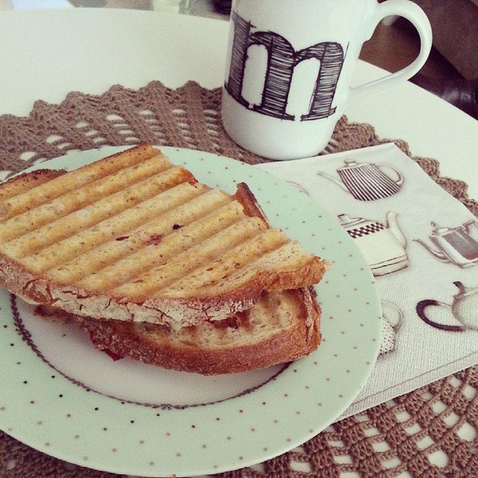 Bugunun yemegi de tost olsun ? Lunch Tost çay Usendimyemekyapmadim kalktimbitostyaptim bonappetit yummy