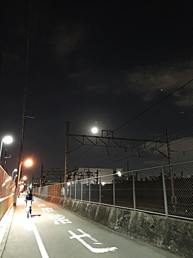 帰り道の月。