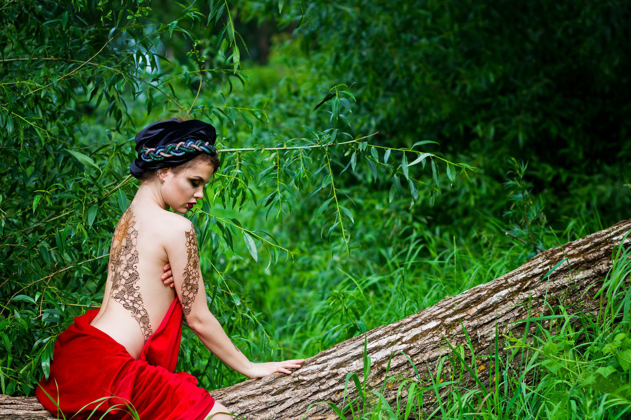 Beauty Day Fashion Photography Focus On Foreground Forest Grass Green Color Mehendi Mehendi Art Nature Outdoors Plant Portrait Red Showcase July Tree