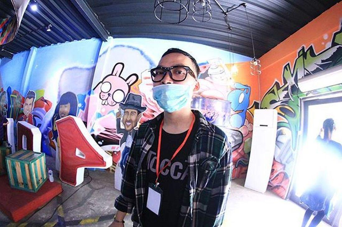 Verry Shandriyo at One OK Rockers Bandung 3rd anniversary at loop station waiting for his performance. I used 550D and borrowed fish eye lens from Yusuf Awwaludin.Oorb3rdanniversarry Harbhumsnap Musician Bandung