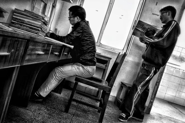 Mirrorless Light Up Your Life Workers Streetphotography I Love My City Faces Of EyeEm Everybodystreet Faces Of The World Black & White Street Workers Teacherslife