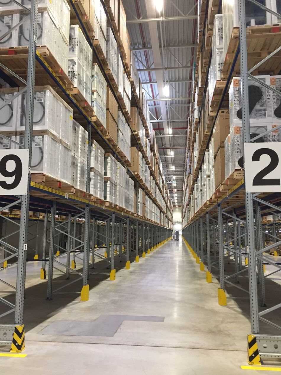 Waschmaschine gefällig? B2C Distribution Warehouse Factory Großstück Hochregal Industry Lager Large Group Of Objects No People Regal Retail  Shelf Shipping  Warehouse